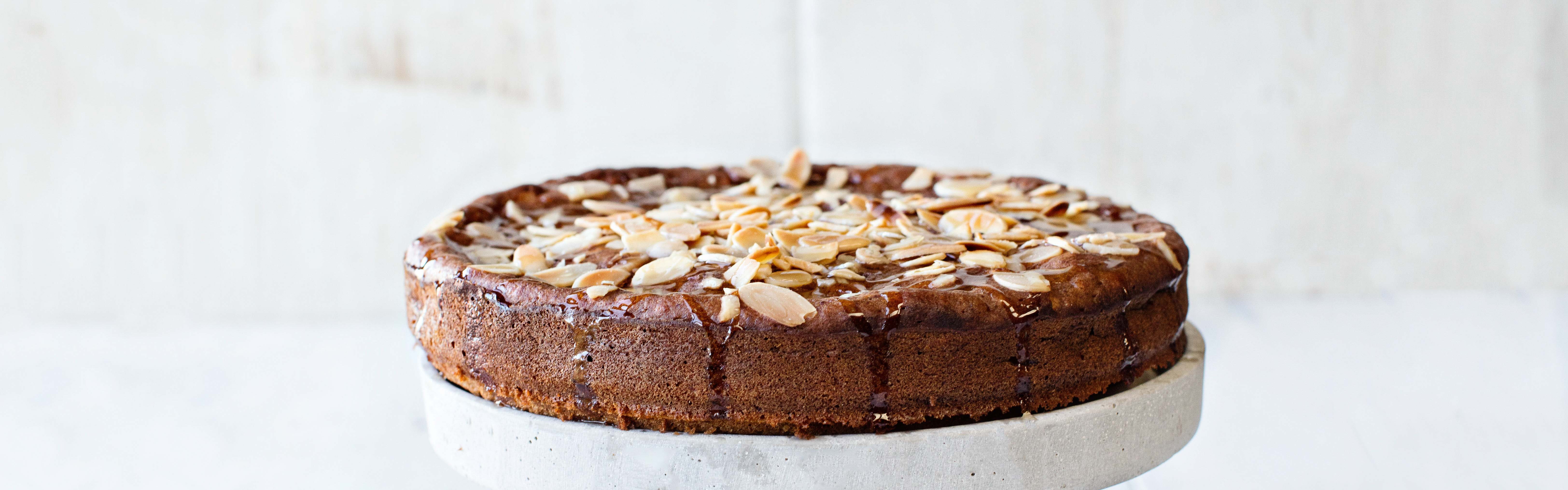 <p>While the original  recipe for almond cake had 200 g butter and 200 g sugar, this recipe greatly reduces both ingredients by blending in a puree made of prunes.</p>